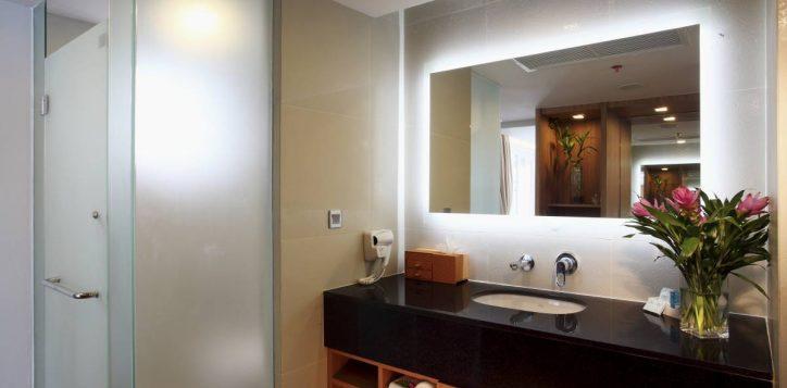 bathroom-for-pool-jaguzzi-vil002-2
