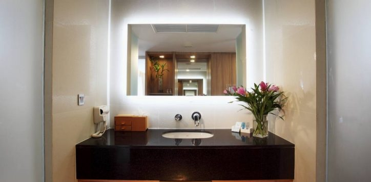 bathroom-for-pool-jaguzzi-vil003-2